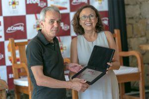 Rosy Araujo, vice-presidente da Zetra, entrega placa de homenagem ao prefeito de Tiradentes, Ralph Justino