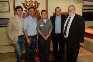 Representantes da Zetra e da USP com o capitão do Navio